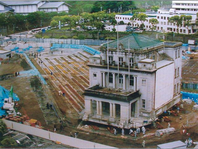 旧鹿児島県庁舎本館玄関部分曳家工事の様子